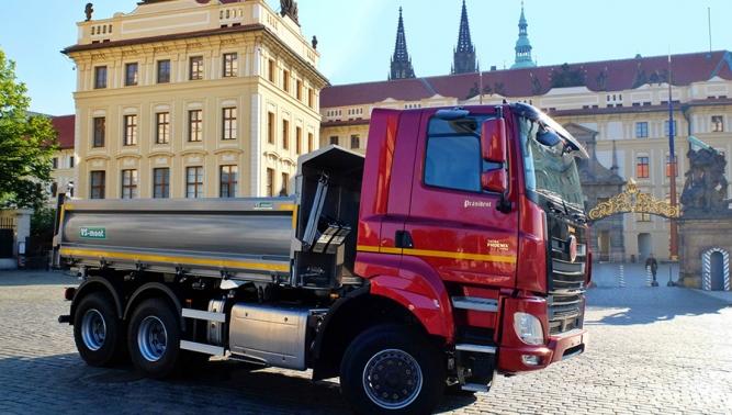 Kardinál Dominik Duka před Pražským hradem slavnostně požehnal automobilu TATRA PHOENIX PRÄSIDENT
