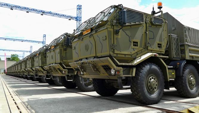Ministr obrany Martin Stropnický symbolicky převzal další nové vozy TATRA pro Armádu České republiky