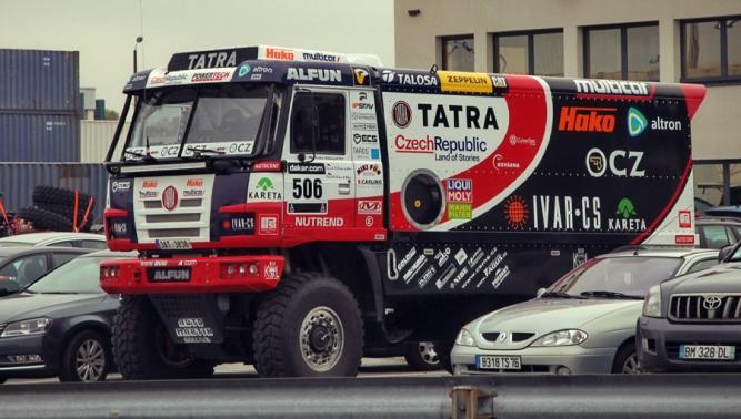 Závodní speciál TATRA byl naloděn k přepravě na Rallye Dakar